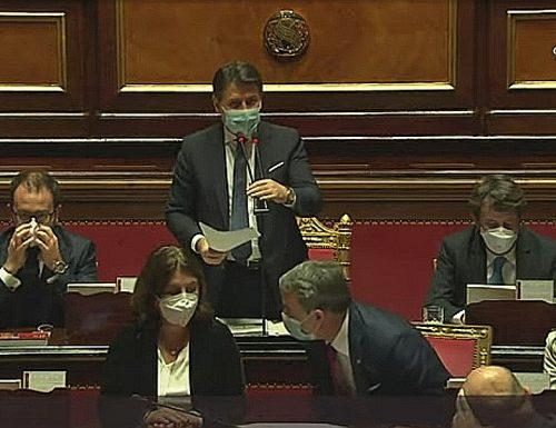 La sceneggiata di Giuseppe Conte nella replica al Senato: «Non mi vergogno di sedere su queste poltrone»