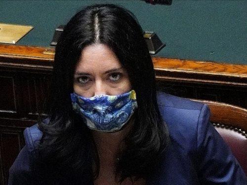 """Ecco il conto che svergogna Lucia Azzolina: """"si facevano 16mila assunzioni nella scuola coi soldi dei banchi a rotelle"""""""
