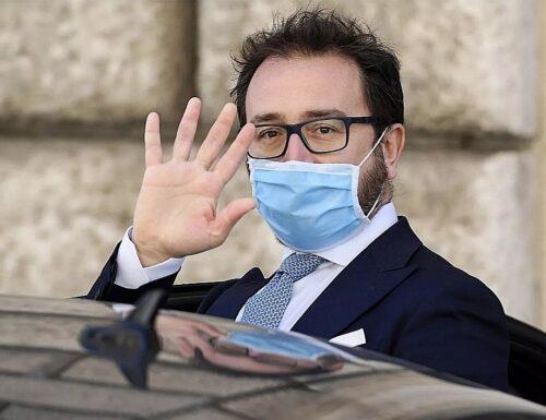 """""""Noi veniamo prima"""". Vaccino, la lettera dell' ex ministro Bonafede: vergogna nero su bianco, prima della sua cacciata"""