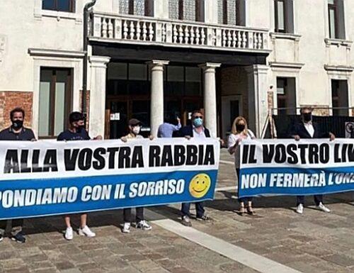 Fratelli d'Italia ridicolizza gli odiatori veneziani di Giorgia Meloni sfoderando l'arma del sorriso