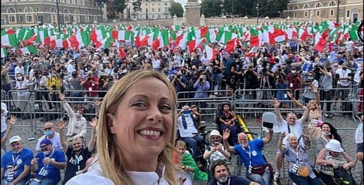 Meloni: «Incredibile, nessun quotidiano ha pubblicato le foto dei 10mila a Piazza del Popolo»
