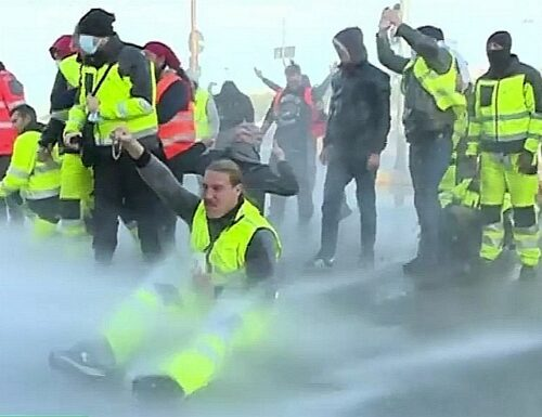"""Idranti contro i No green pass a Trieste. Guerriglia al porto, sull'orlo del caos. Stefano Puzzer in lacrime: """"Preghiamo"""""""